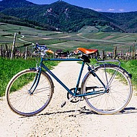 Ein Fahrrad steht quer auf einem Schotterweg auf dem Land
