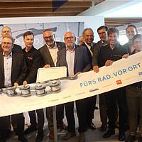Minister Hermann und AGFK-Vorstandsvorsitzender Riemann mit Gründungsmitgliedern des Förderkreises.