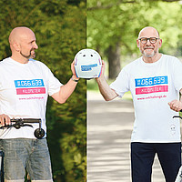 Minister Hermann übergibt einen symbolischen Fahrradhelm an Dominik Kuhn