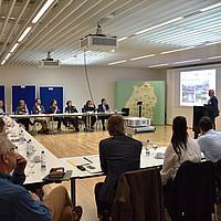 Teilnehmer hören Redner beim Workshop zu