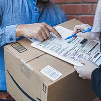 Bei einer Paketanlieferung wird ein Lieferbeleg ausgefüllt (Close-Up)
